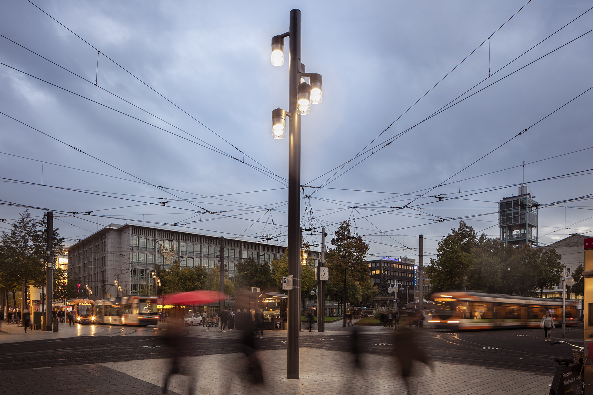 Urban lighting guide people so that they feel safe, secure and at ease to continue shopping as natural light fades.